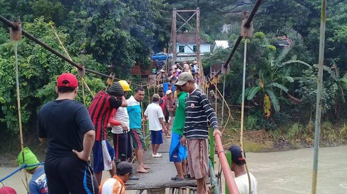 warga sedang malkukan swadaya pengecoran jemabatan . Dokumtasi Darmanto